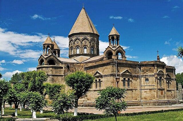 https://upload.wikimedia.org/wikipedia/commons/thumb/1/19/Ejmiadzin_Cathedral2.jpg/640px-Ejmiadzin_Cathedral2.jpg