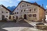 Engadinerhaus und hölzener Brunnen in Guarda.jpg