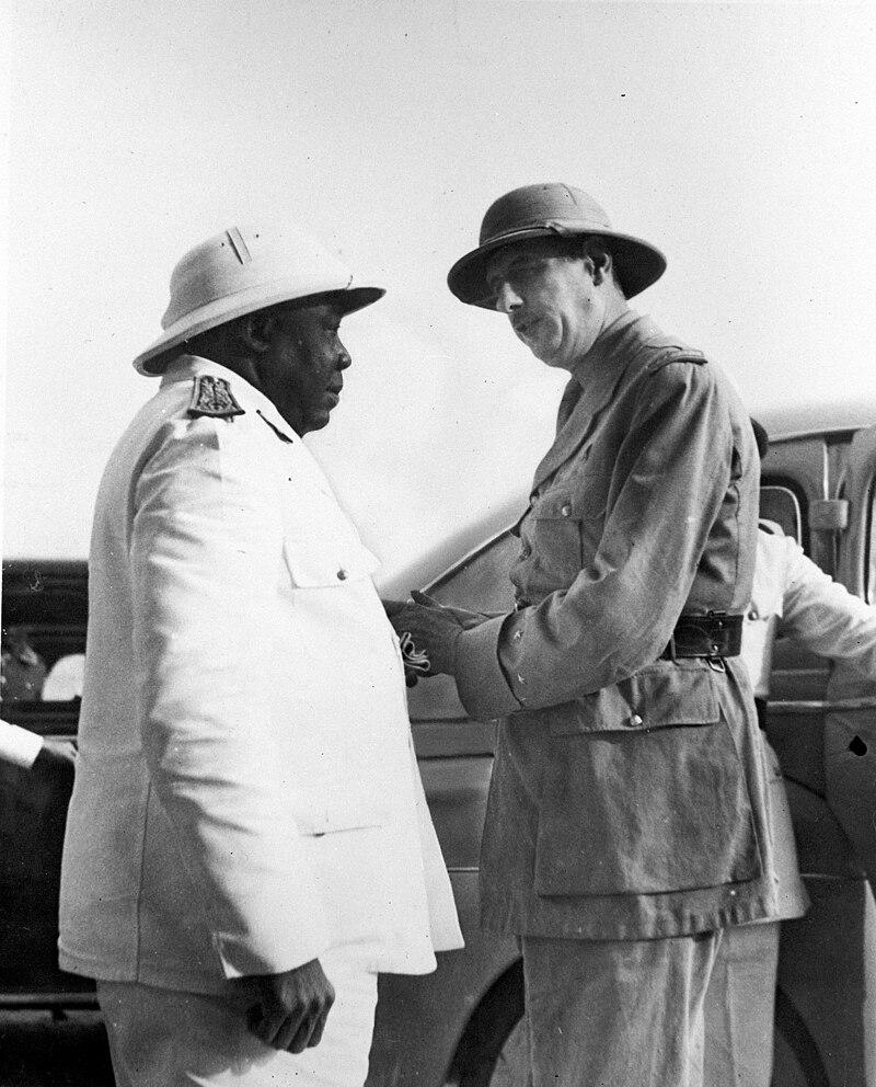Charles de Gaulle et le gouverneur-général Félix Éboué au Tchad vers octobre 1940.