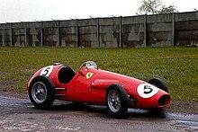 Une Ferrari 500 présentée en extérieur.