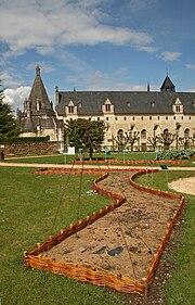 Fontevraud vu des jardins.jpg