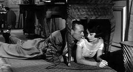 Ekranasimilado de Gary Cooper kaj Audrey Hepburn kuŝanta sur la planko