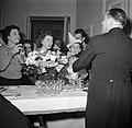 Gasten op een dansfeest in een van de modehuizen laten zich een drankje inschenk, Bestanddeelnr 254-0161.jpg