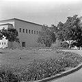 Gebouw van het Weizmann institute of science te Rehovot (Rechowoth) met bomen, Bestanddeelnr 255-1593.jpg