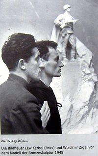 Gedenkstätte Seelower Höhen Lew Kebel und Wladimir Zigal vor dem Monument.JPG