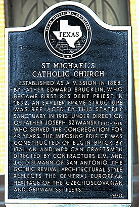 Gedenktafel vor St. Michaels Catholic Church in Weimar Texas.jpg