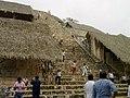 Gente bajando de la piramide de Ek Balam, Yucatán. - panoramio.jpg
