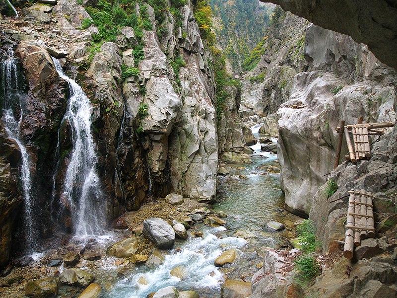 File:Hakuryukyo in Kurobe Gorge.jpg
