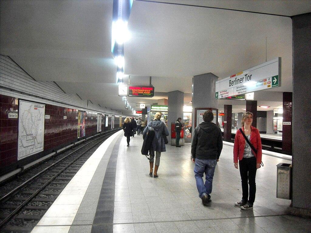 file hamburg u bahn station berliner tor auf bahnsteig zu gleis 1 richtung niendorf nord 8 4. Black Bedroom Furniture Sets. Home Design Ideas