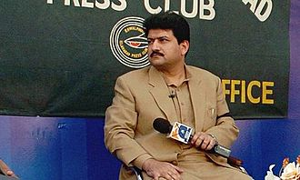 Hamid Mir - Hamid Mir doing a talk show outside Islamabad Press Club