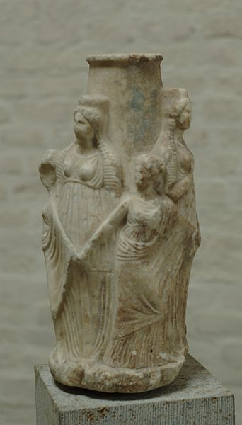 Datei:Hekate Kharites Glyptothek Munich 60.jpg