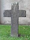 foto van Natuurstenen grafkruis op het terrein van de Herv. Kerk
