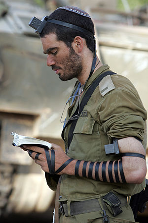 English: An IDF soldier prays with tefillin in...