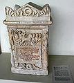 IMG 1096 - Perugia - Museo archeologico - Urna di M. Ulpius Floridus sec. II d.C. - 7 ago 2006 - Foto G..jpg