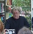 Ian Gibson firmando en la Feria del Libro de Madrid en 2006.jpg