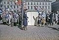 Ilmapallojen myyjiä ja ihmisiä Kauppatorin vapputorilla - D7217 - hkm.HKMS000005-km0000n7w7.jpg