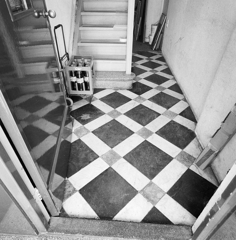 Huis met lijstgevel in maastricht monument - Moderne betegelde vloer ...