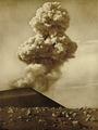 KITLV - 75190 - Kurkdjian, Fotograaf George P. Lewis, aldaar werkzaam - Sourabaya, Java - Eruption of the volcano Gunung Semeru - circa 1920.tif