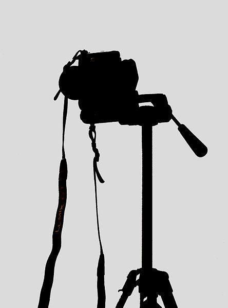 File:Kamera auf Stativ fcm.jpg