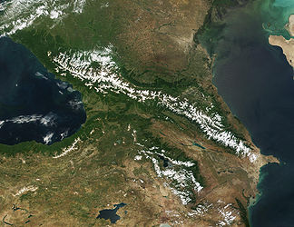 Satellitenaufnahme des Kaukasus: im Norden Großer Kaukasus, im Süden Kleiner Kaukasus