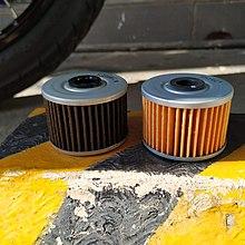 Filtros de óleo de motocicleta em Kawasaki W175.  Antigo (à esquerda) e novo (à direita).