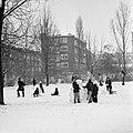 Kinderen maken een grote sneeuwbal en rijden sleetje, Bestanddeelnr 926-8628.jpg
