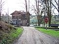 Lštění, Grégrova čp. 60, z cesty od Hradiště, přejezd (01).jpg