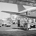 Laad - en loswerkzaamheden bij een toestel van El Al op de luchthaven, Bestanddeelnr 255-3111.jpg