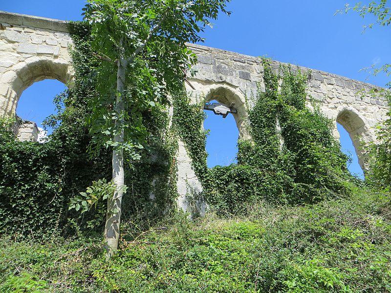 Ruines de l'ancienne église, servant de cimetière