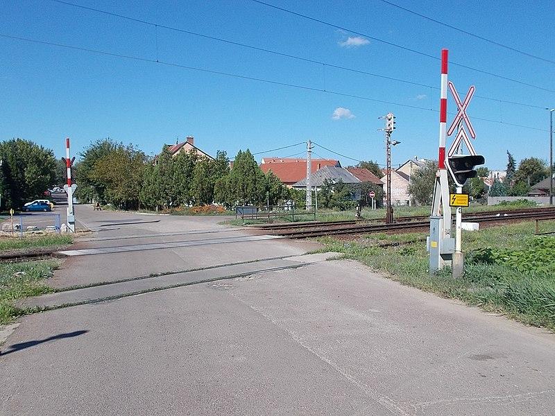 File:Level crossing in Lajosváros, Eger, 2016 Hungary.jpg