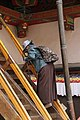 Lhasa-Jokhang-64-Pilgerin auf Treppe-2014-gje.jpg
