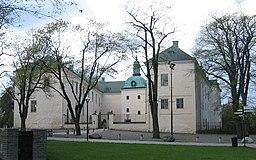 Linköpings slot fra øst.   Den højre (nordlig) fløj rummer i dag Slot- og Domkyrkomuseet.   Domkirken står præcist bag fotografen.
