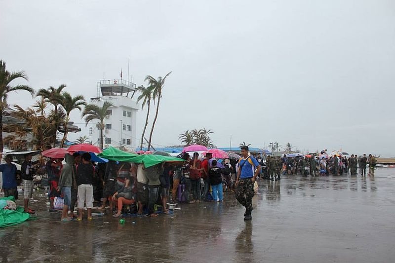 File:Long wait - they held their line come rain or shine — in Tacloban, Philippines (10939416494).jpg