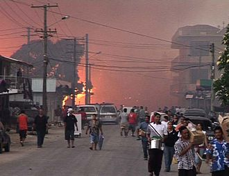 2006 Nuku'alofa riots - Looters walking