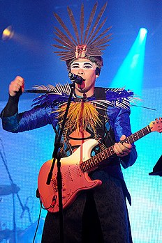 Luke Steele degli Empire of the Sun in concerto