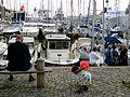 Lunch på en bänk med flicka som håller en röd balong Visby gästhamn Almedalsveckan 2014 Visby.jpg