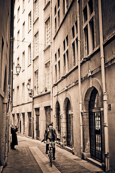 File:Lyon 5e StreetScene.jpg