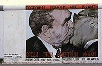 Mühlenstrasse, Berlini Fal (East Side Gallery) a Hedwig-Wachenheim-Strasse-val szemben. Dmitri Vrubel alkotása- Mein Gott hilf mir, diese tödliche Liebe zu überleben (Istenem segíts, hogy Fortepan 30070.jpg