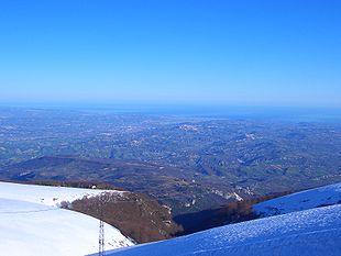 Ampia veduta della Val Pescara dalla Maielletta, in cui si distinguono le città di Chieti e Pescara (Pescara a valle adiacente al mare e Chieti su un colle vicino)