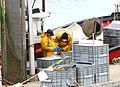 Marins-pêcheurs travaillant sur leur bateau au port (23).JPG