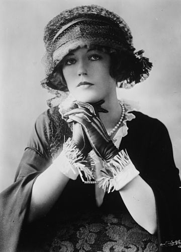 https://upload.wikimedia.org/wikipedia/commons/thumb/1/19/Mariondavies.jpg/360px-Mariondavies.jpg