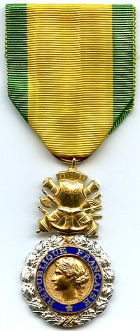 Medaille Militaire 4e Republique France.jpg