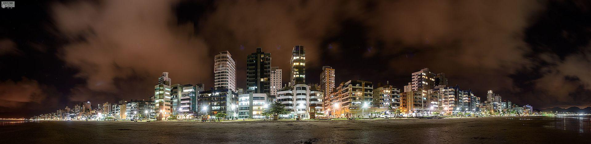 Meia Praia - Itapema - By Night (24955887462).jpg