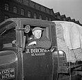 Meneer Dirchsen in zijn vrachtwagen geladen met zakken Bintjes, Bestanddeelnr 252-8796.jpg