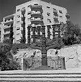 Menora van 5 meter hoog op straat, gezien vanuit de tegenoverliggende Knesset (p, Bestanddeelnr 255-2237.jpg