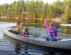 Família passeando em canoa.