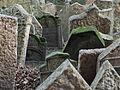 Náhrobní kameny na pražské židovském hřbitově.JPG