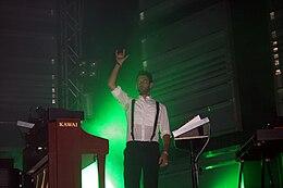 Il tastierista Andrea Mariano in concerto con i Negramaro nel 2007