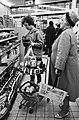 Opdracht Hamburgs Abendblatt Hamsterende vrouwen in levensmiddelenzaak, Bestanddeelnr 915-7121.jpg