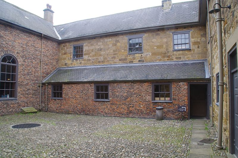 File:Ormesby Hall courtyard 1.jpg